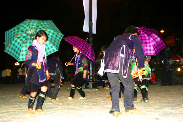 Tour du lịch Sapa 2 ngày 1 đêm Cho-tinh-sapa(4)