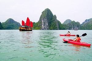 chèo kayaking của tour hạ long 1 ngày
